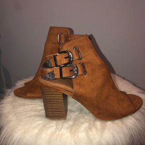 NEW Peep-toe suede booties